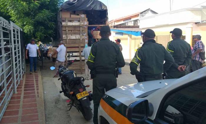 La Policía supervisa la entrega del material.