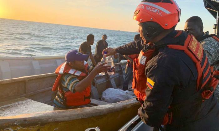 Cuatro personas fueron rescatadas en alta mar por la Armada