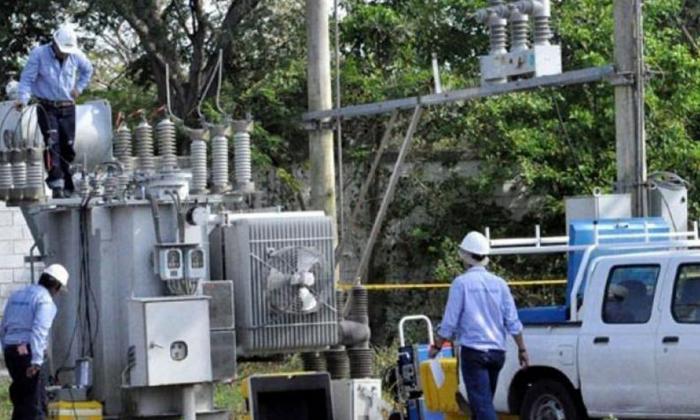 Operarios de Electricaribe durante labores de mantenimiento.