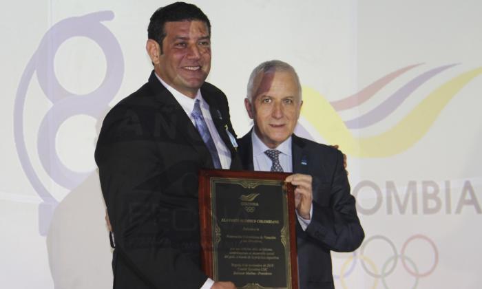 Baltazar Medina (der.), presidente del Comité Olímpico Colombiano junto a Jorge Soto, presidente de la Federación Colombiana de Natación (Fecna).