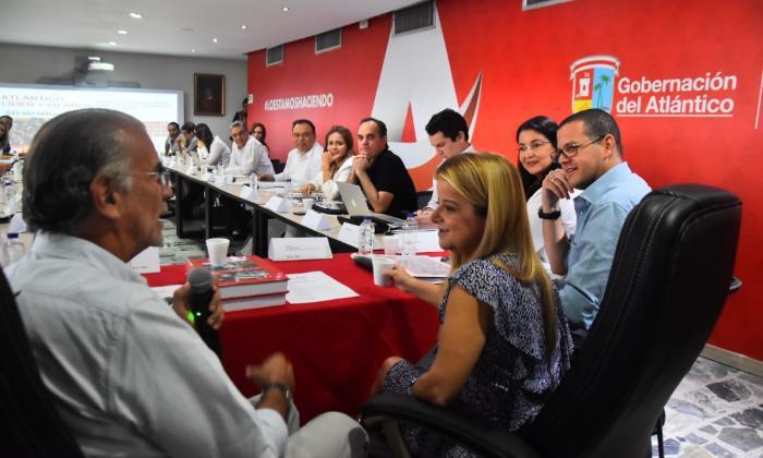 El gobernador Eduardo Verano y la gobernadora electa, Elsa Noguera, durante la reunión de ayer, acompañados del equipo de empalme.
