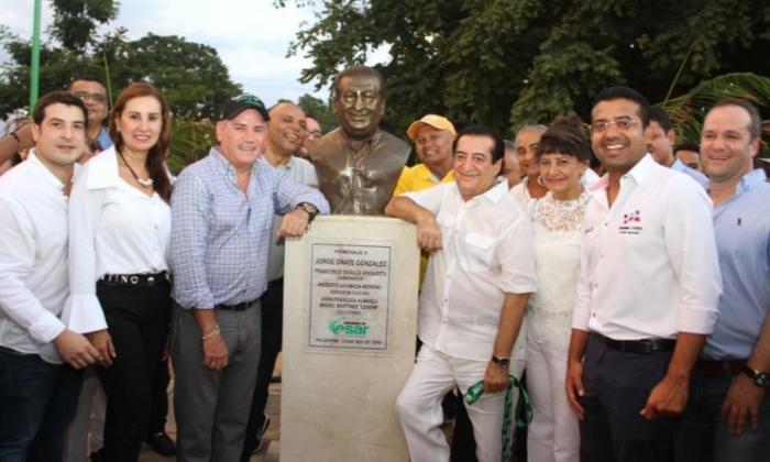 El gobernador Franco Ovalle, el alcalde Augusto Ramírez y el cantante Jorge Oñate junto al busto en su honor.