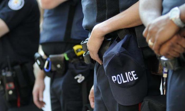 Suspenden e investigan a policía tras ser captado manoseando un cadáver