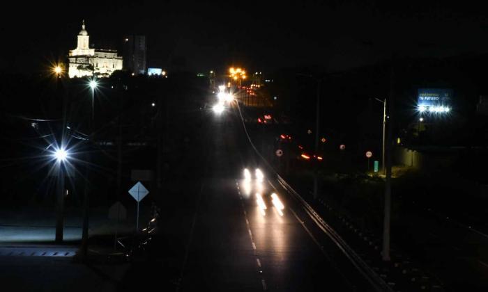 Las luces de los vehículos iluminan este tramo de la vía que comunica a Barranquilla con Puerto Colombia.
