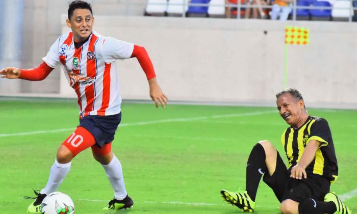 Giovanni Hernández dejando a un rival en el camino ayer durante el Juego de las Estrellas en el estadio Romelio Martínez.