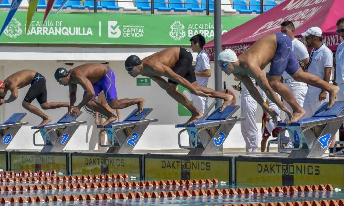 El nadador barranquillero Cardenio Fernández (carril 3), en una de las competencias que se realizaron este año en el Complejo Acuático Eduardo Movilla.