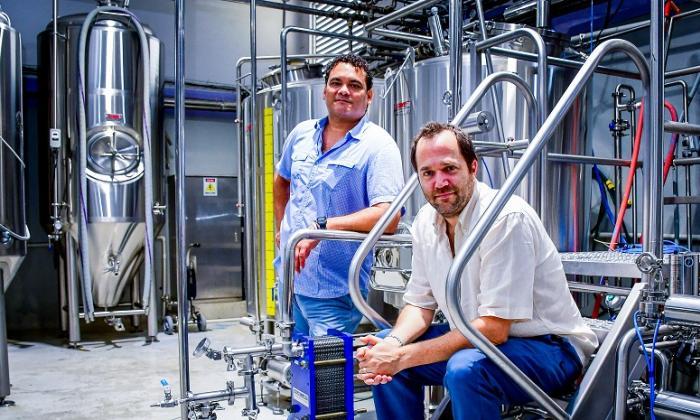 Juan Manuel Carvajales y Elliot Minski en la planta de Cervecería Tresquince.