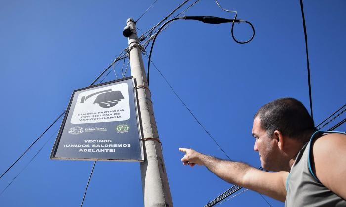 Gregorio Cabrera, uno de los vecinos de este sector del barrio Los Andes, señala uno de los letreros junto a las cámaras, que le indica a los transeúntes y motorizados que esa zona está siendo vigilada las 24 horas.