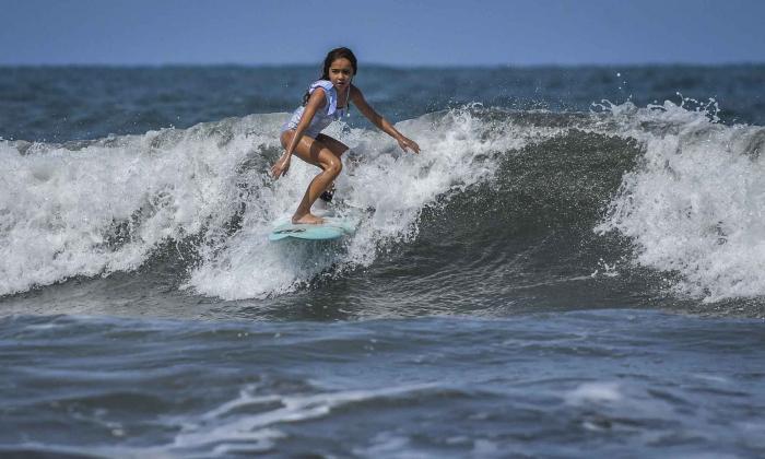 Francesca Arévalo Chavarro, surfista de 9 años, entrenando en las playas del municipio de Puerto Colombia.