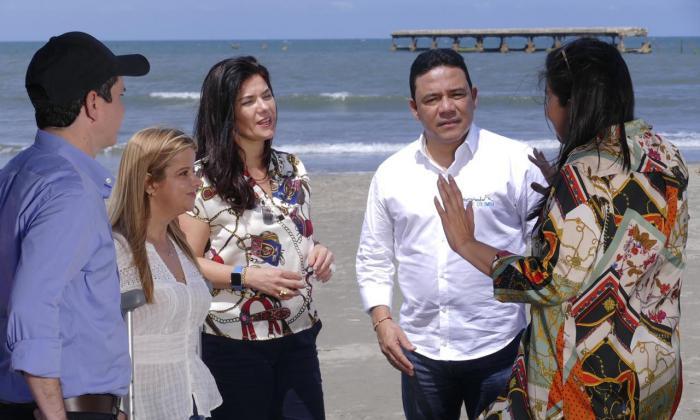 La gobernadora Elsa Noguera y el alcalde Wilman Vargas, en compañía de varios funcionarios.