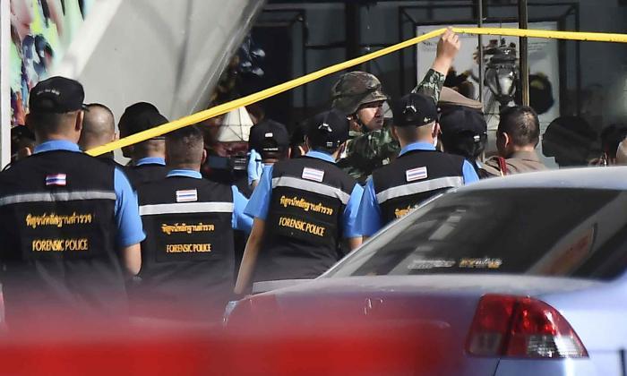 La policía forense ingresa al centro comercial Terminal 21, donde se produjo un tiroteo masivo.