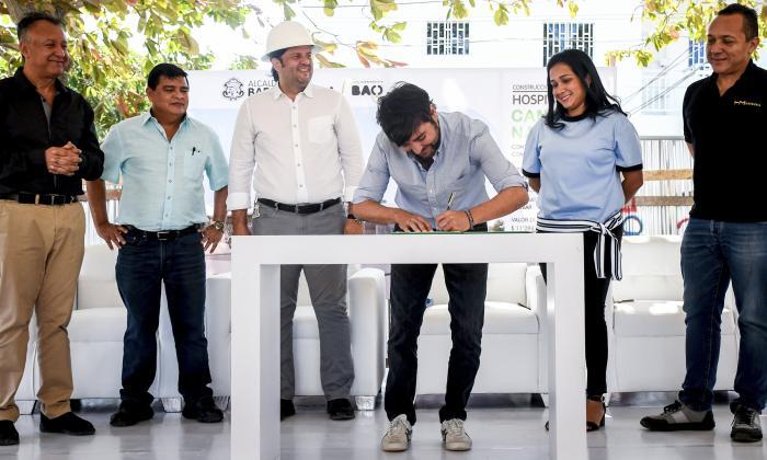 El alcalde Pumarejo firma el acta de inicio de obras, lo observan secretarios de despacho y contratista.