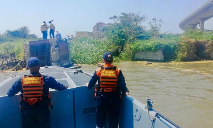 Miembros del cuerpo de Guardacostas llega a la zona de emergencia.