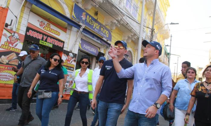 Funcionarios recorren las calles del Centro de Barranquilla.