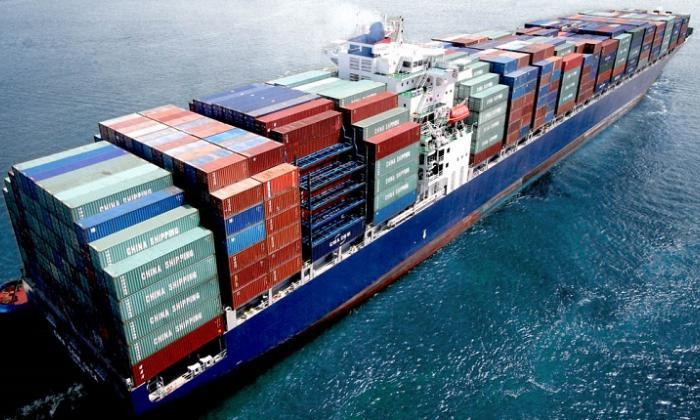 Buque con contenedores haciendo ingreso a un puerto del Caribe colombiano.