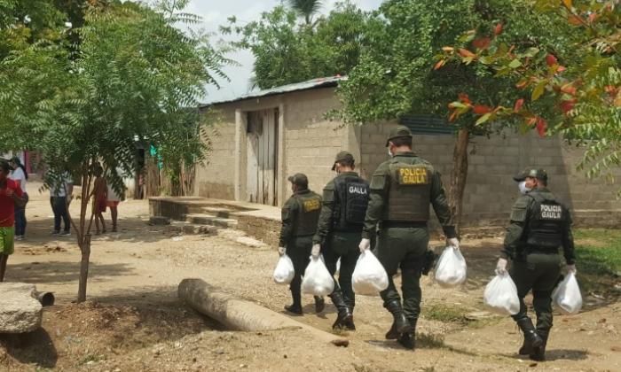 Miembros del Gaula de Bolivar en la entrega de mercados en el barrio Belisario del municipio de Magangué.