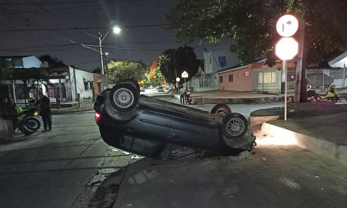 El vehículo terminó volcado sobre la vía tras colisionar con el andén.