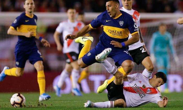 Acción de un partido entre Boca Juniors y River Plate.