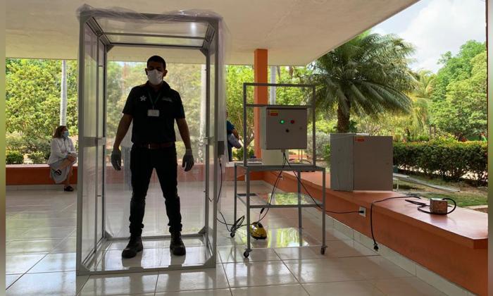 En video   'Cobatina': la cabina de desinfección que funciona con energía solar en La Guajira