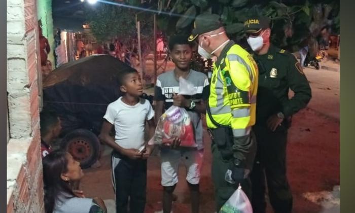 Policía de Tránsito de Barranquilla entregó mercados en Siete de Abril