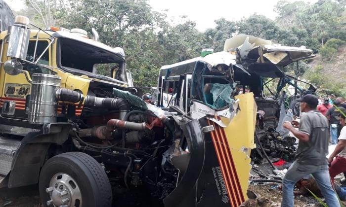 Así terminó el tractocamión tras estrellarse contra bus intermunicipal.