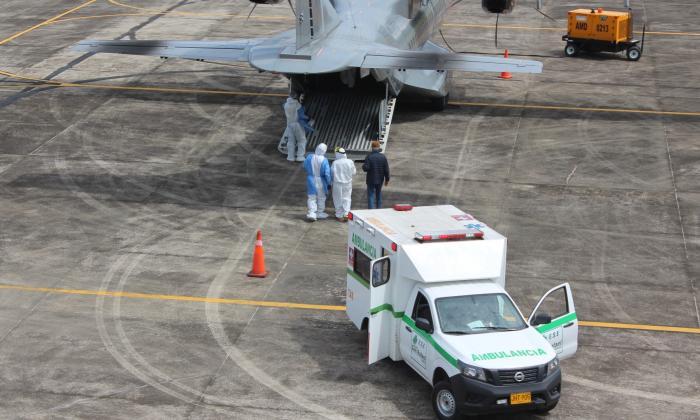 Fuerza Aérea traslada a siete pacientes con COVID-19 desde Leticia a Bogotá
