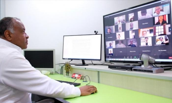 Un médico atiende por medio virtual a pacientes en varios rincones del departamento de Bolívar.