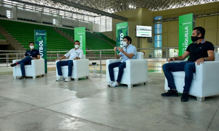 El alcalde Jaime Pumarejo presentando las Escuelas de Formación Deportiva junto a Gabriel Berdugo, secretario distrital de Recreación y Deportes y Sebastián Viera, arquero del Junior.