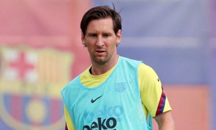 """Según el club, Messi presenta una """"pequeña contractura muscular en el cuádriceps derecho""""."""