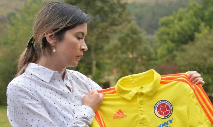 Carolina Rozo posa con un buzo de la Selección Colombia.