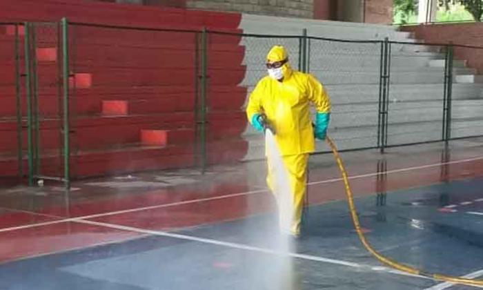 Los Bomberos Oficiales de Sincelejo realizaron el lavado y desinfección del Polideportivo Las Delicias.