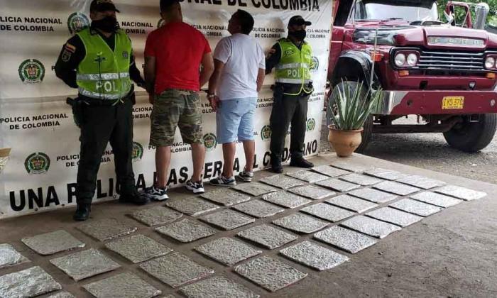 Los traficantes habían mimetizado la droga en el compartimiento del motor del camión hasta donde llegó la malicia del policía.