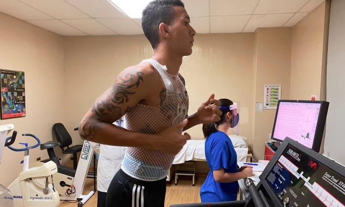 Francisco Meza presentando las pruebas físicas, ayer en la sede de Tigres.