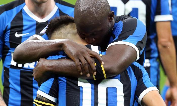 Lukaku abraza al argentino Lautaro Martínez.