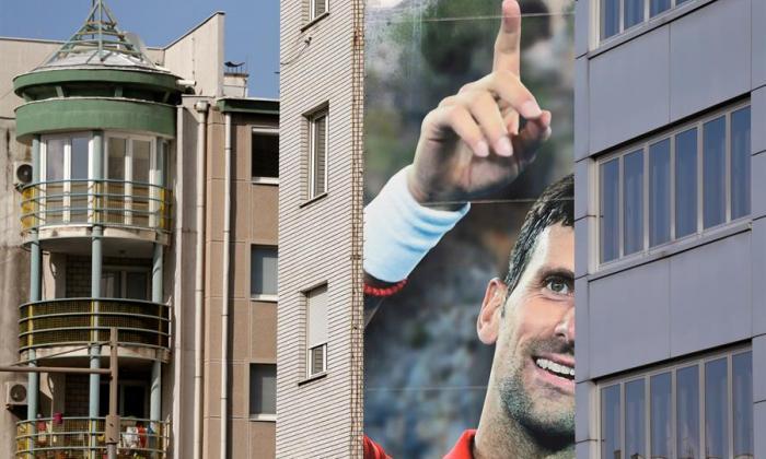 Vista de un cartel gigante en el que aparece el tenista serbio Novak Djokovic, en Belgrado.