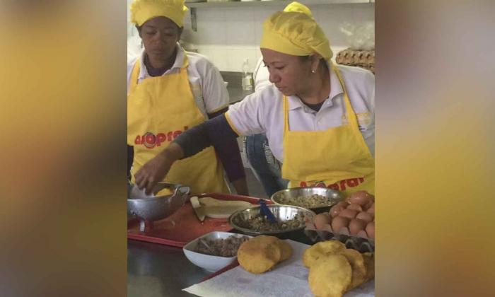 Mileidis Coronado trabaja junto a 65 mujeres que integran la Asociación de Productoras de Arepa de Huevo, Asopral, en el municipio de Luruaco.