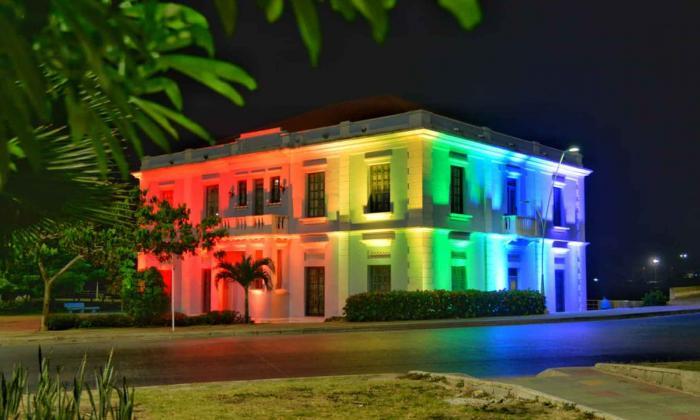 Anoche la Intendencia Fluvial fue iluminada con los colores de la bandera Lgbti.