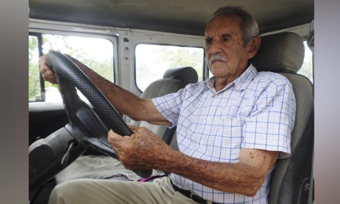 Leandro Sierra Acosta conduciendo su Willys color verde modelo 53, en el que recorrió La Guajira y el Cesar.