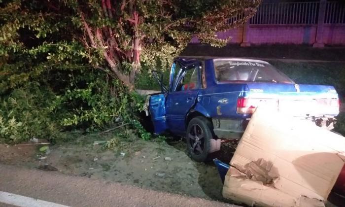Pierde el control del vehículo, se estrella contra árbol y muere