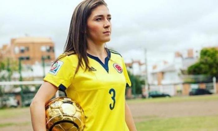Natalia Gaitán luciendo la camiseta de la selección Colombia.