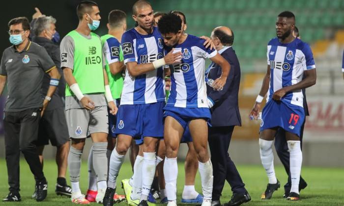 El experimentado defensor portugués Pepe felicita a Luis Díaz tras el triunfo.