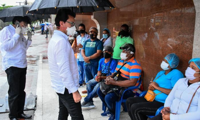 El gobernador Carlos Caicedo a la entrada de la clínica Reina Catalina, dialoga con familias de los heridos de Tasajera.