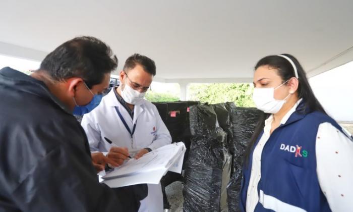 La directora (e) del Dadis, Johana Bueno, y el subgerente administrativo del HUC, Humberto Porras, revisan los ventiladores para esa entidad.