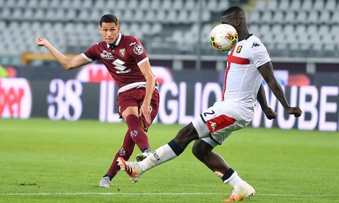 Cristian Zapata intentando cortar un balón en el juego ante el Torino.