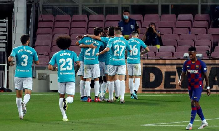 Los jugadores del Osasuna celebrando el segundo gol en el Camp Nou.