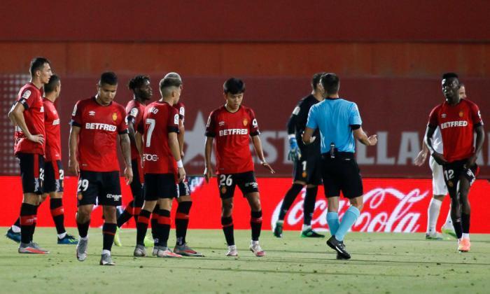 Los jugadores del Granada tristes tras confirmarse el descenso a segunda división en España.