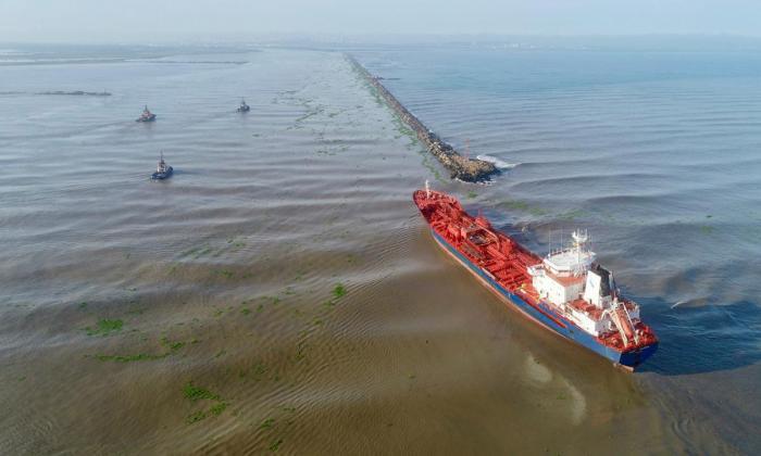 Restringen operaciones en el Puerto por buque que encalló en Bocas de Ceniza