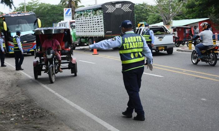 Un agente de tránsito en medio de los operativos de control.