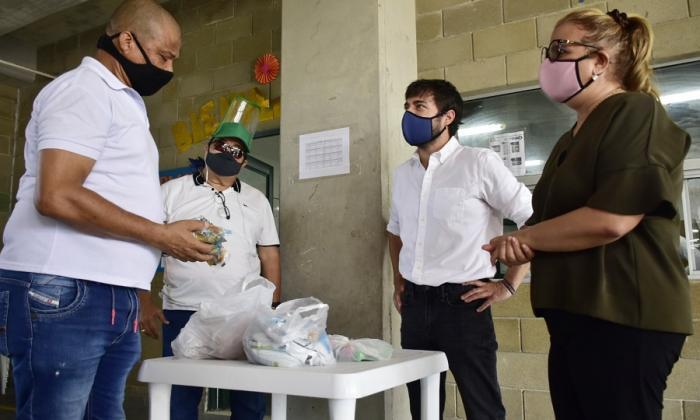 El alcalde Jaime Pumarejo y la secretaria distrital de Educación, Bibiana Rincón, durante la visita a la IED Marco Fidel Suárez.