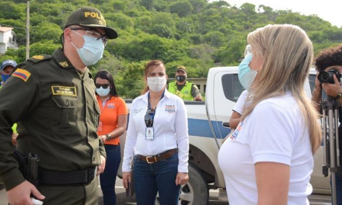La alcaldesa Virna Johnson dialoga con el coronel Oscar Favián Solarte Castillo, comandante de la Policía Metropolitana.